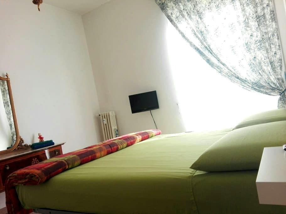 Large room within 5 min. from metro - Rooma