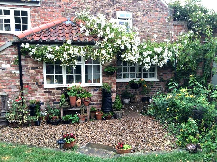 Double bedroom in quaint cottage - Norton-le-Clay