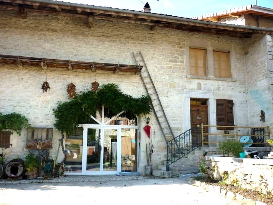 Maison de village en pierre 1894 chambre à l'étage - CHALLES LA MONTAGNE