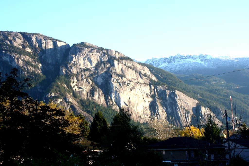 Downtown Squamish suite with view - สวคามิช