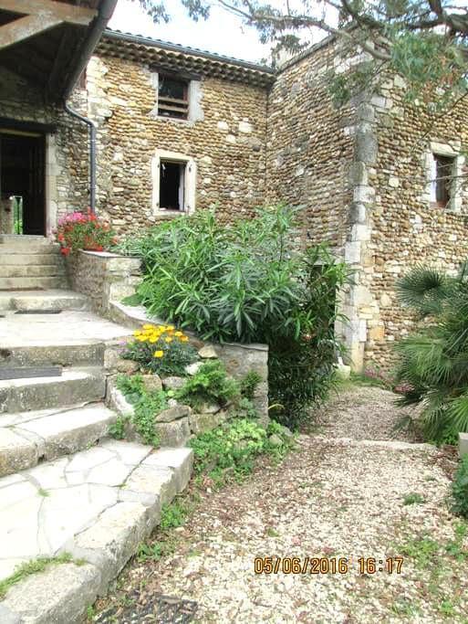 Chambres dans maison en pierres restaurée - Allan