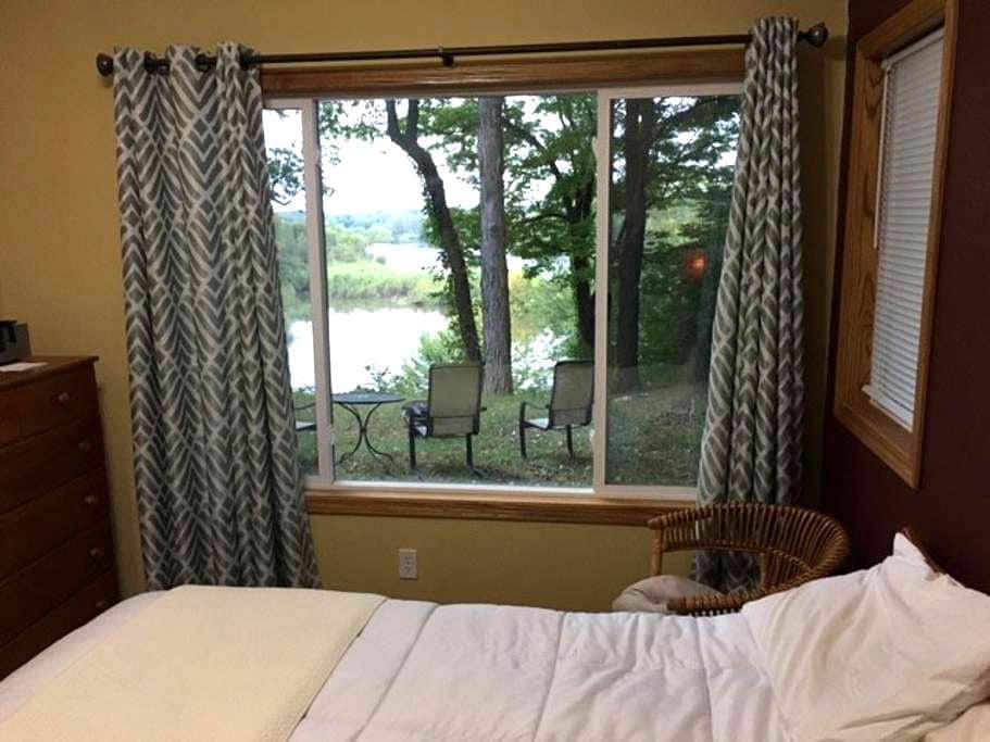 Room with Private Bath on Cedar River - Cedar Rapids - Maison