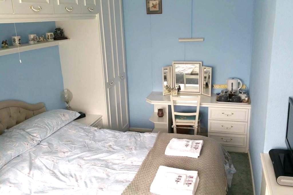 Bright and spacious double room - York