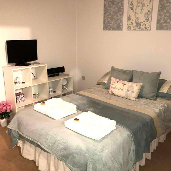 Modern Double Bedroom with own Private Bathroom - Hardwick - Casa