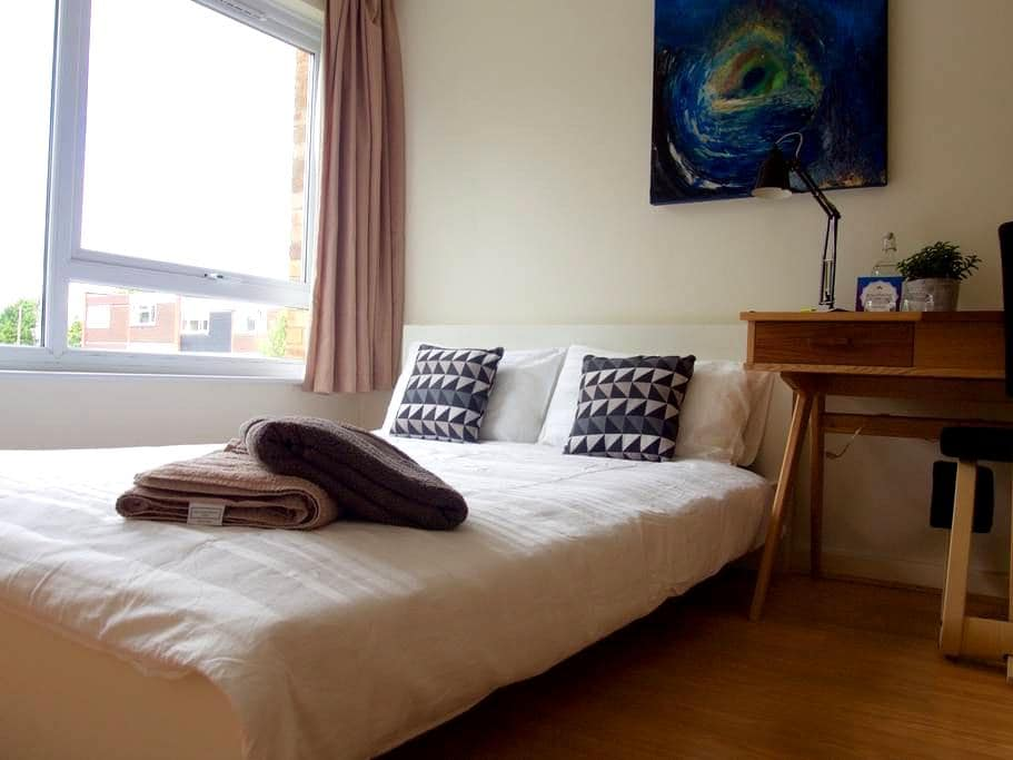 Double Bed in clean, modern flat - Londyn - Apartament