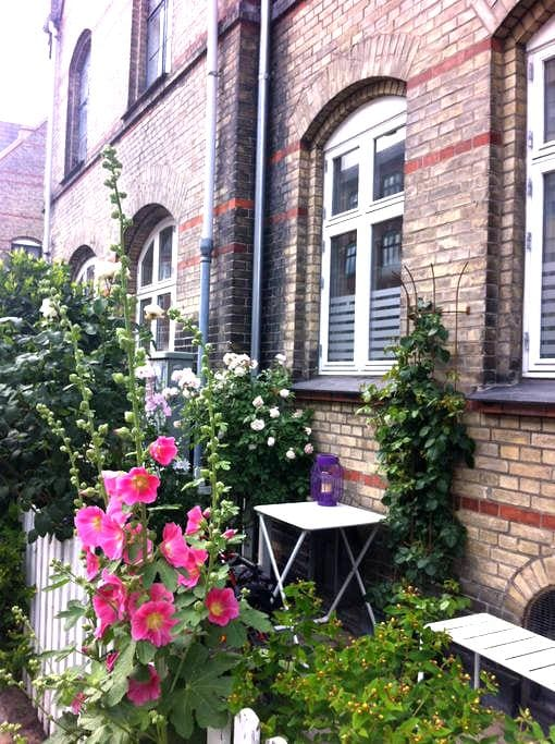 Charming townhouse with cosy patio - Copenhagen - House