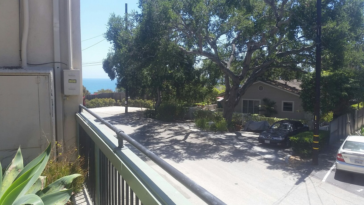 Cozy room walking distance to beach