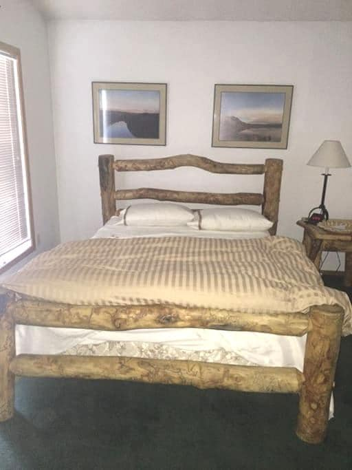 Queen bed/hot tub/pool/walk to Main - Frisco - Apartment