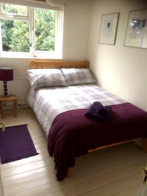 Clean, bright, comfortable room - High Wycombe - Casa