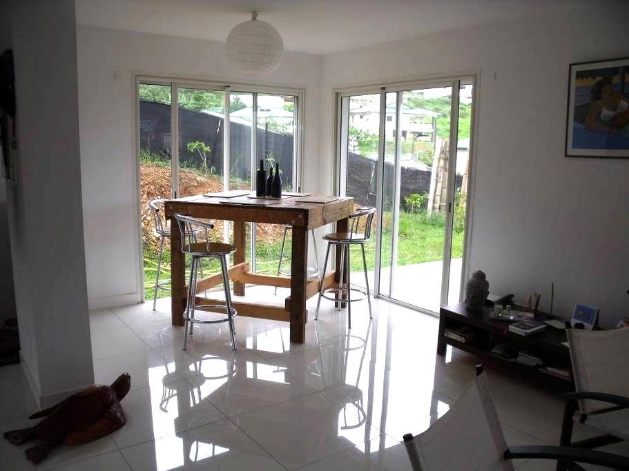 Chambre dans maison lumineuse avec jardin - Dumbéa