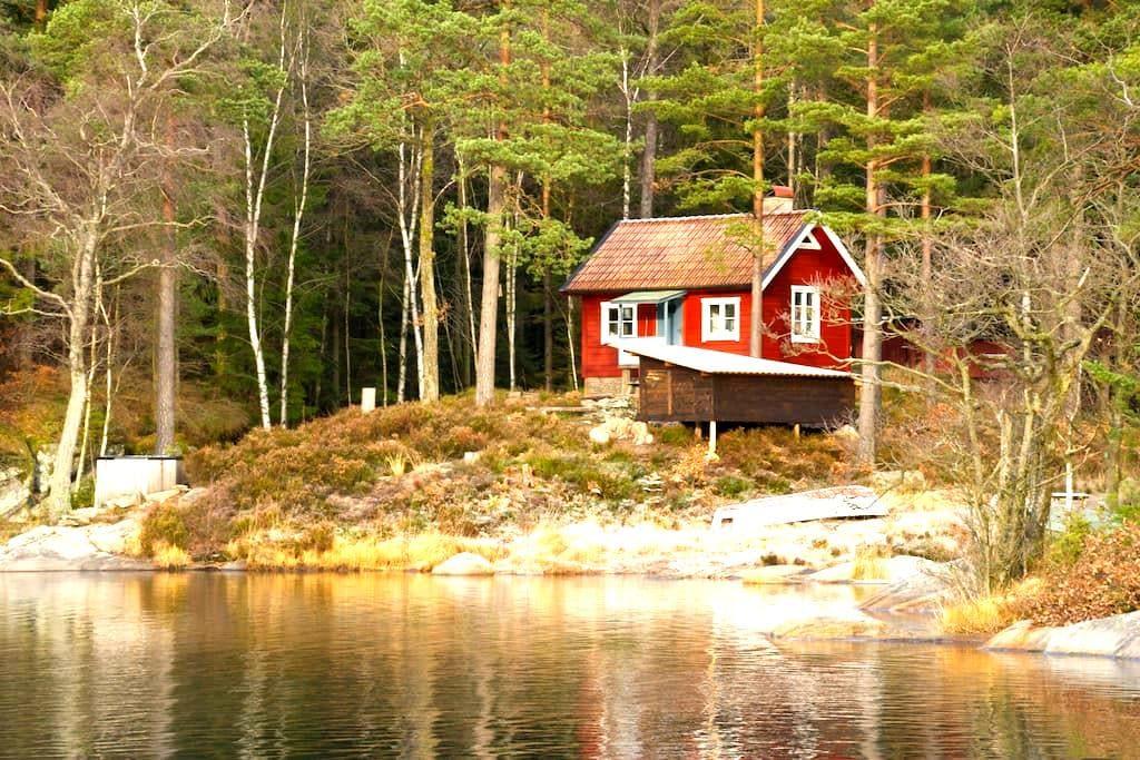 Stuga i naturreservat vid sjökanten - Västerlanda - Ξυλόσπιτο