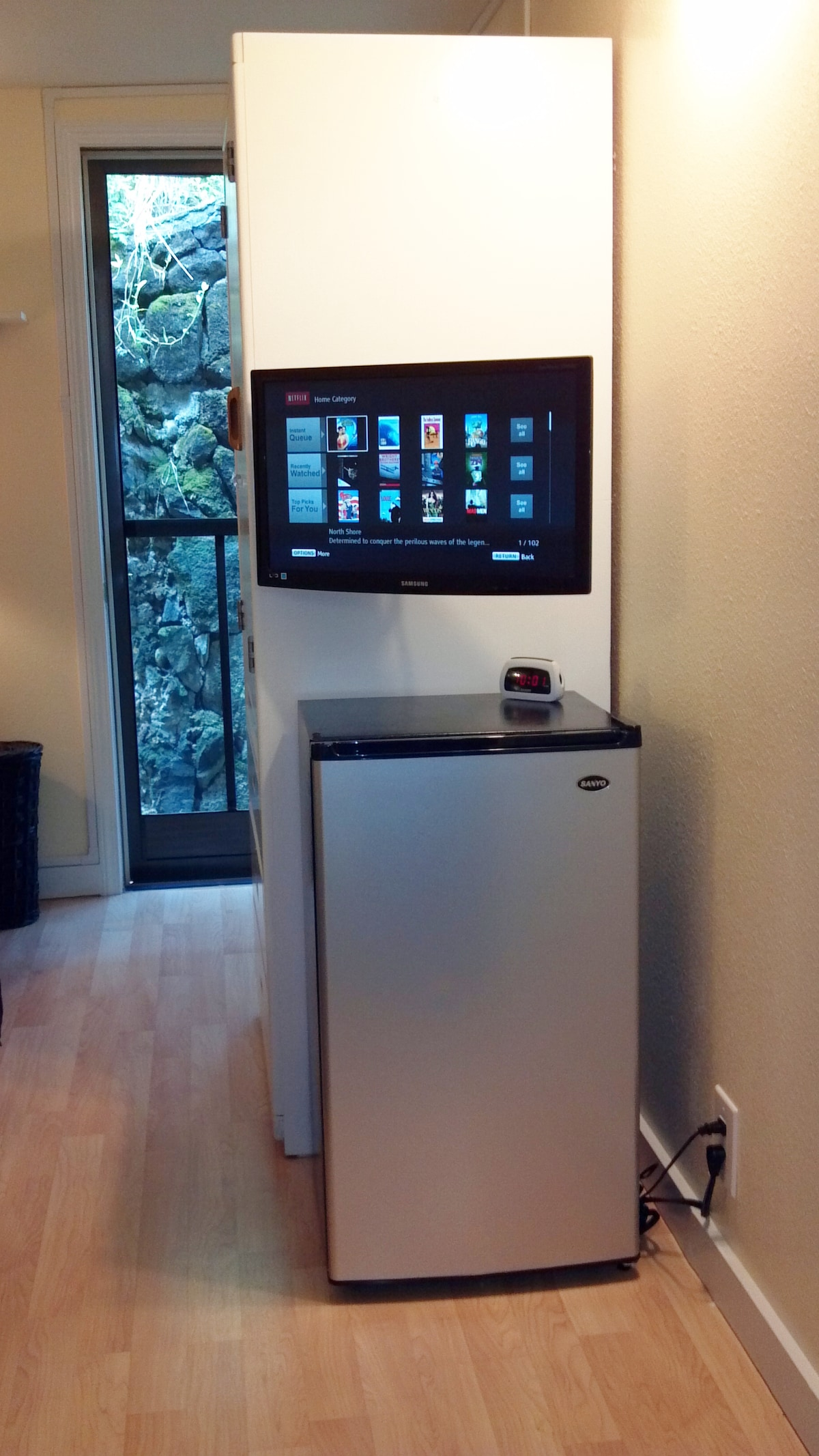 'Elua Room.  Private entrance behind HDTV, Blue Ray, Netflix, and Mini-Fridge