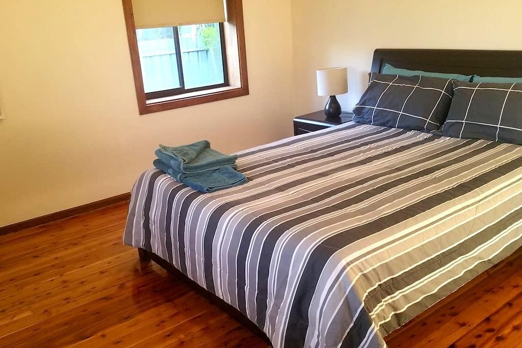 Close, Quiet & Cosy 2 Bedroom House (sleeps 5) - North Albury - Huis