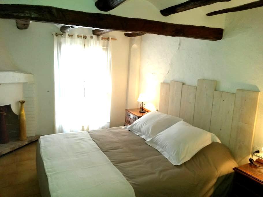 CASA CON ENCANTO, Playa y montaña - Rasquera - House
