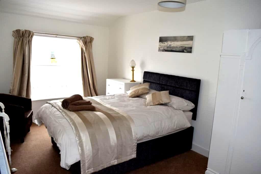 Double en-suite in central keswick - Keswick - Bed & Breakfast