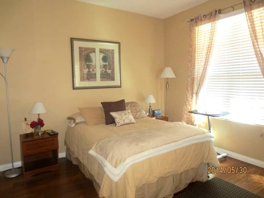 Bedroom suite in Large new home - Chula Vista - Hus