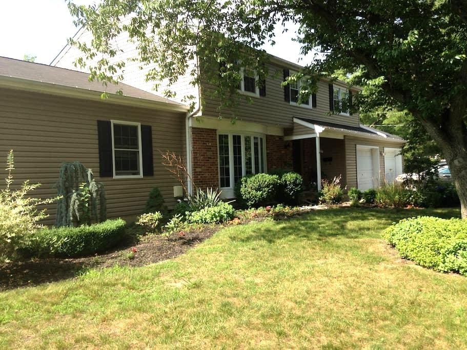 Enjoy the outdoors with large  4br home w/ firepit - Evesham Township - Dům