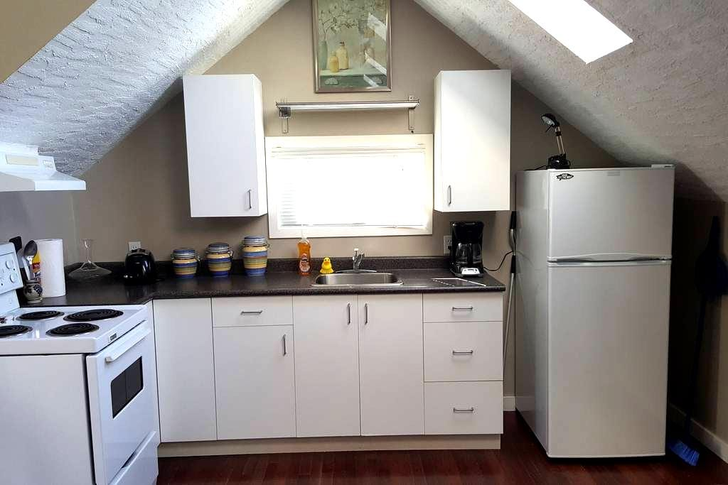Full Upstairs Apartment with Kitchen & Full Bath - Victoria - Apartment