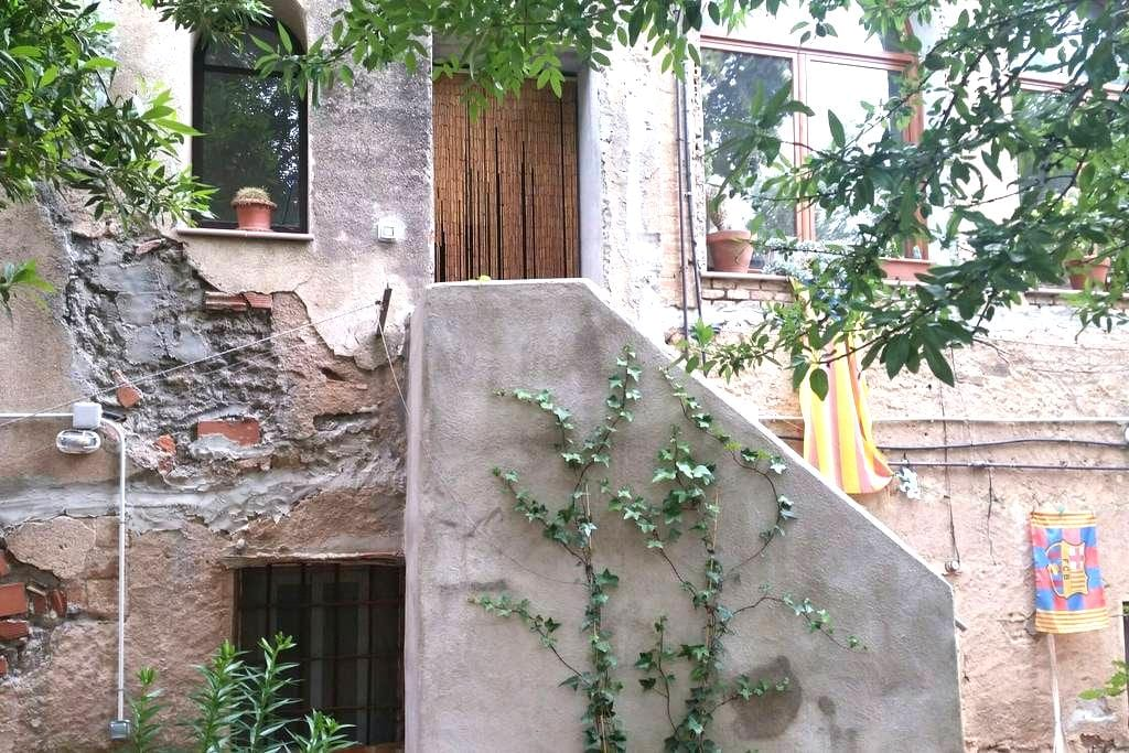 private room with bathroom in a house free parking - Barcelona - Casa
