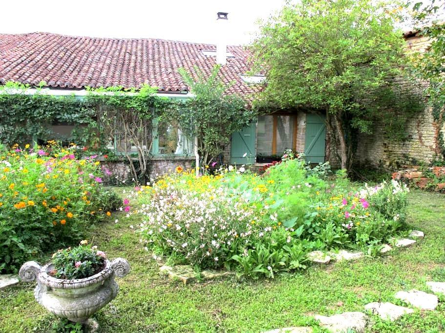 Au coeur de la campagne charentaise - Saint-Fraigne - Ház