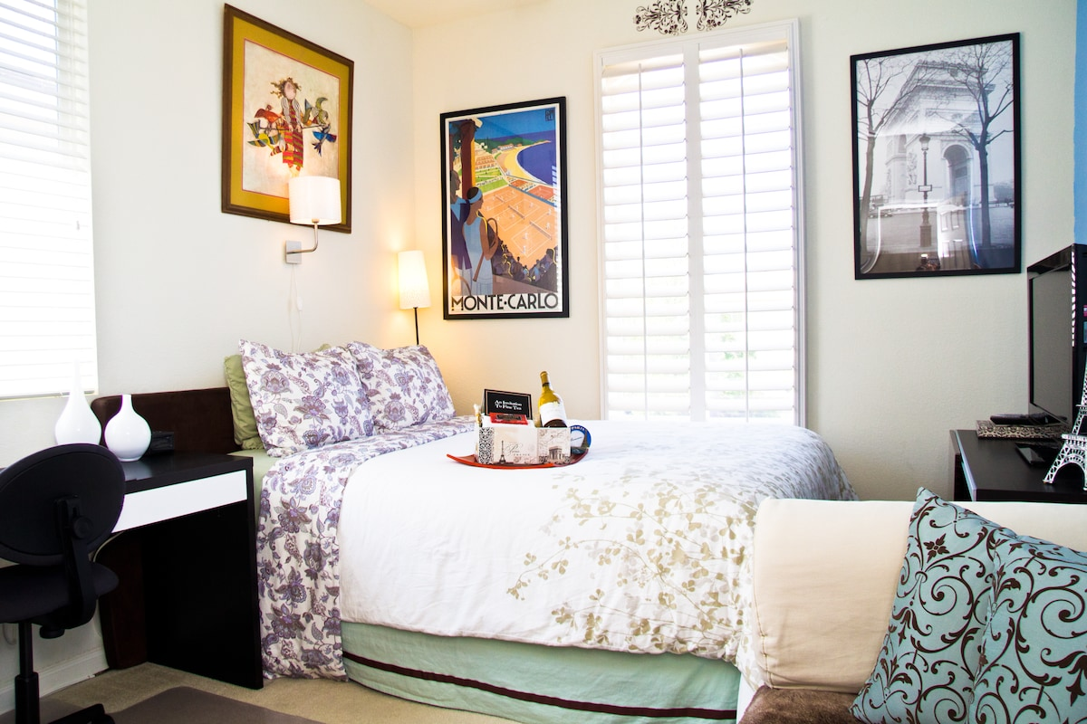 Certified by Airbnb and guests as your top choice in Sacramento.  Private suite, private bathroom (other listings do not offer your own private bathroom, we do) and breakfast. Plenty of free/convenient/secured parking onsite all day/night unlike downtown.