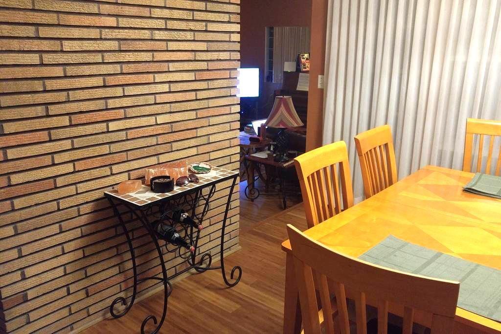 MCM home, cozy private bedroom w/house privileges. - La Grange Park - Ház