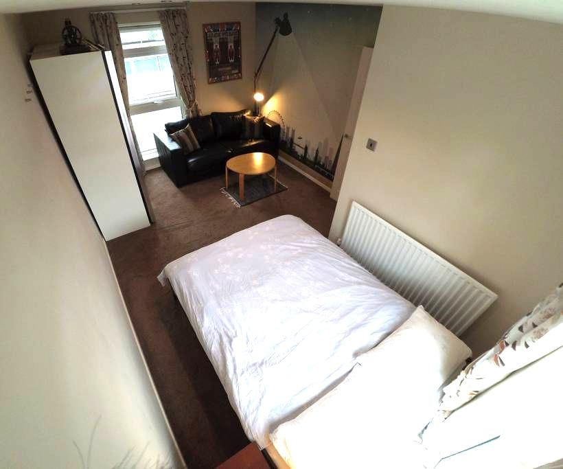 Spacious double room with views for 4 people max - Hartley - House