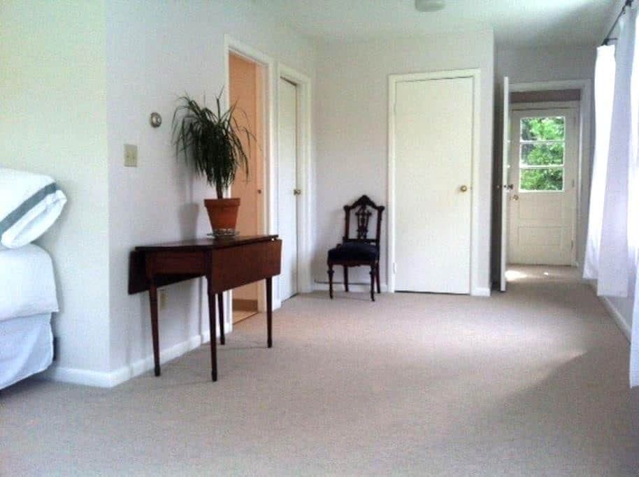 Bright and Spacious Private Apt. - Barrytown