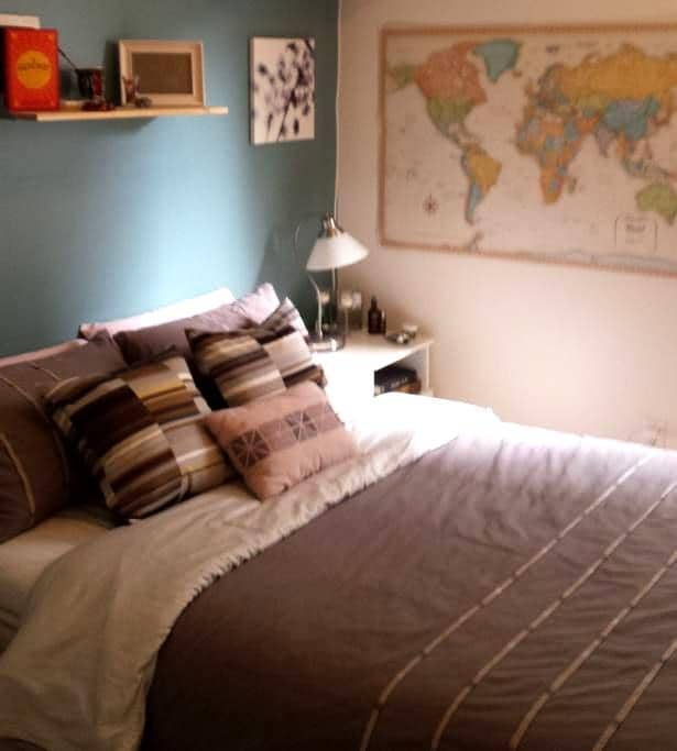 Cozy Bedroom- Across from beach! - Vancouver - Wohnung