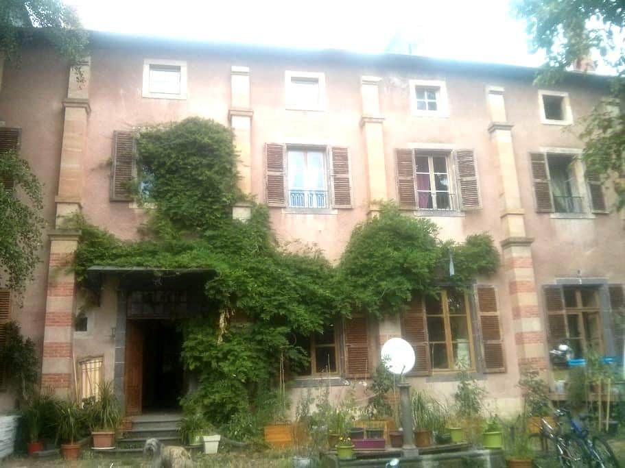 Chambre à louer ds ancien monastère en rénovation - Saint-Amant-Tallende - House