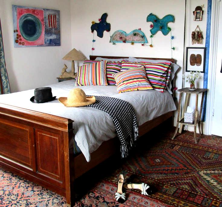 Large airy double in artist's big colourful house - Cove