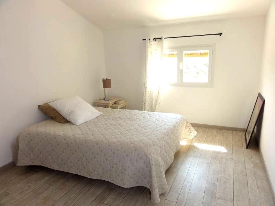 Chambres dans maison de village - Laudun-l'Ardoise - Huis