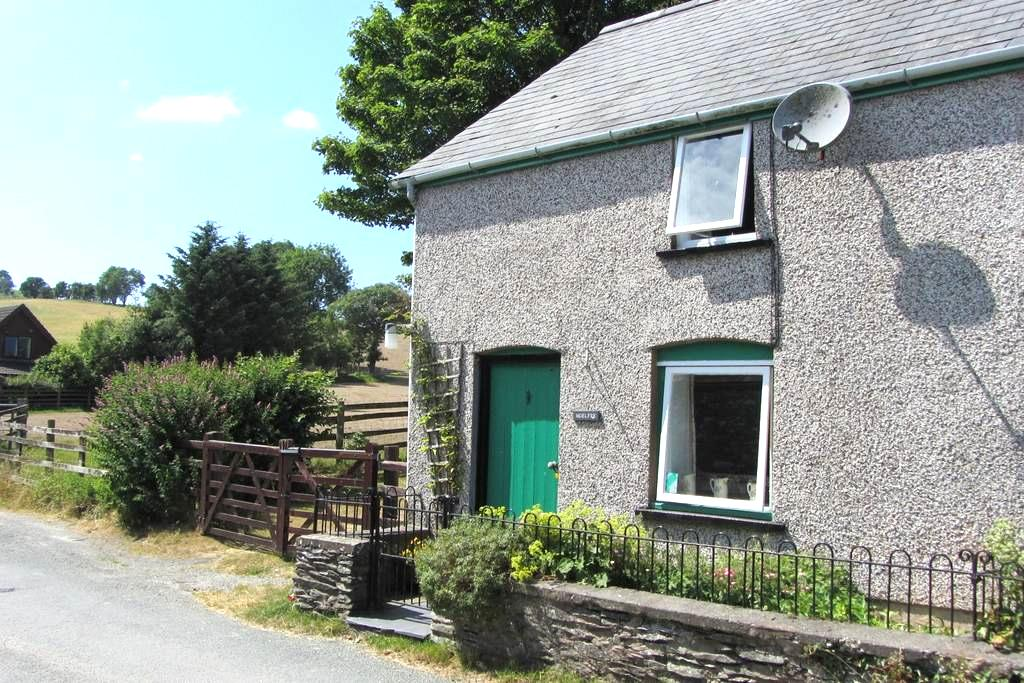 Lovely, quaint cottage with stunning views - Darowen