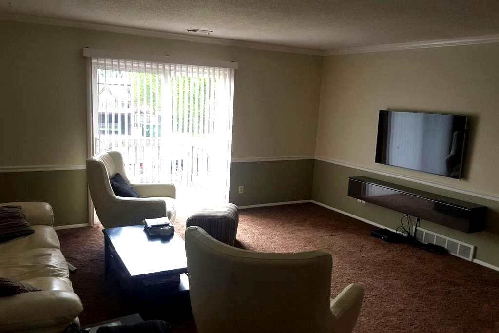 Contemporary spacious apartment - Maumee