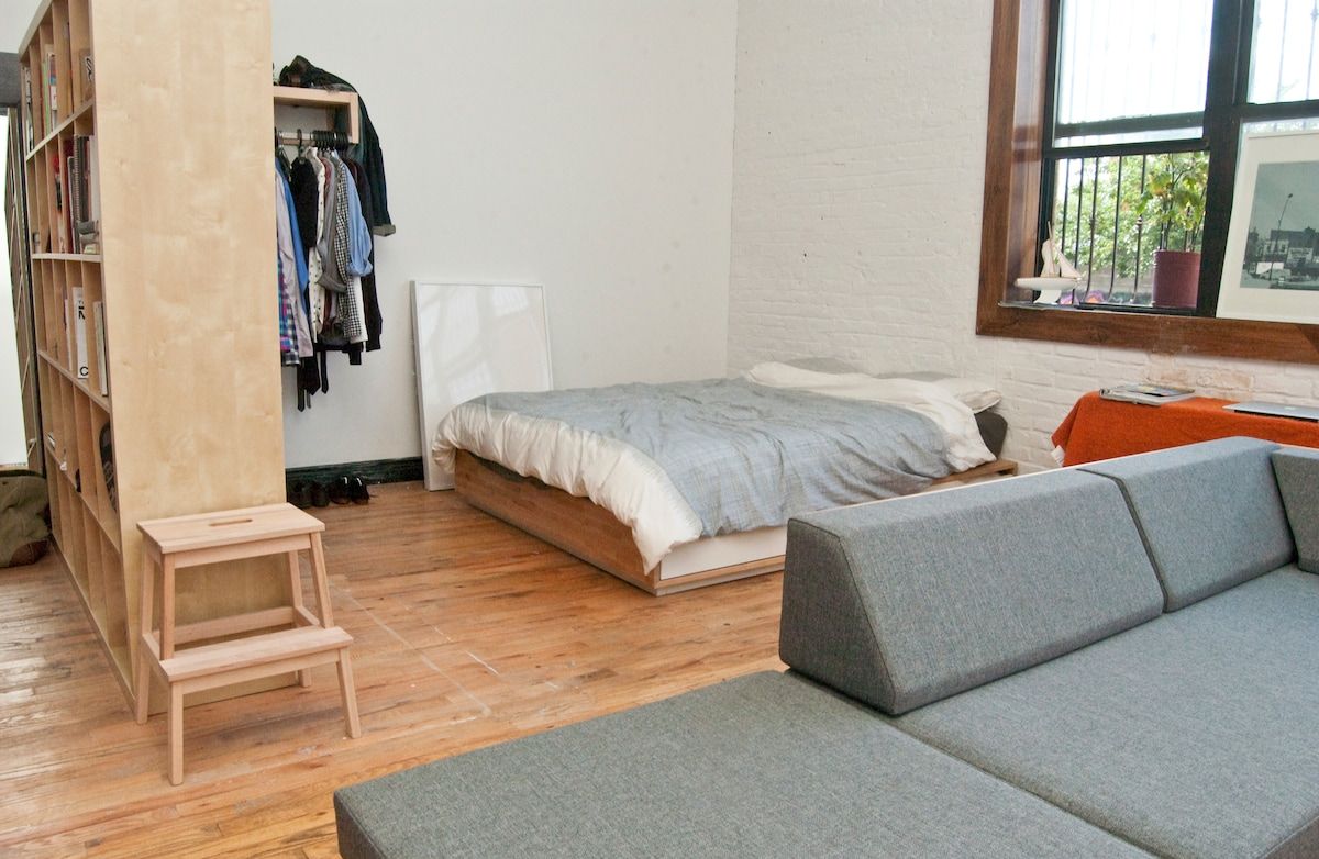 Open artist loft close to Manhattan