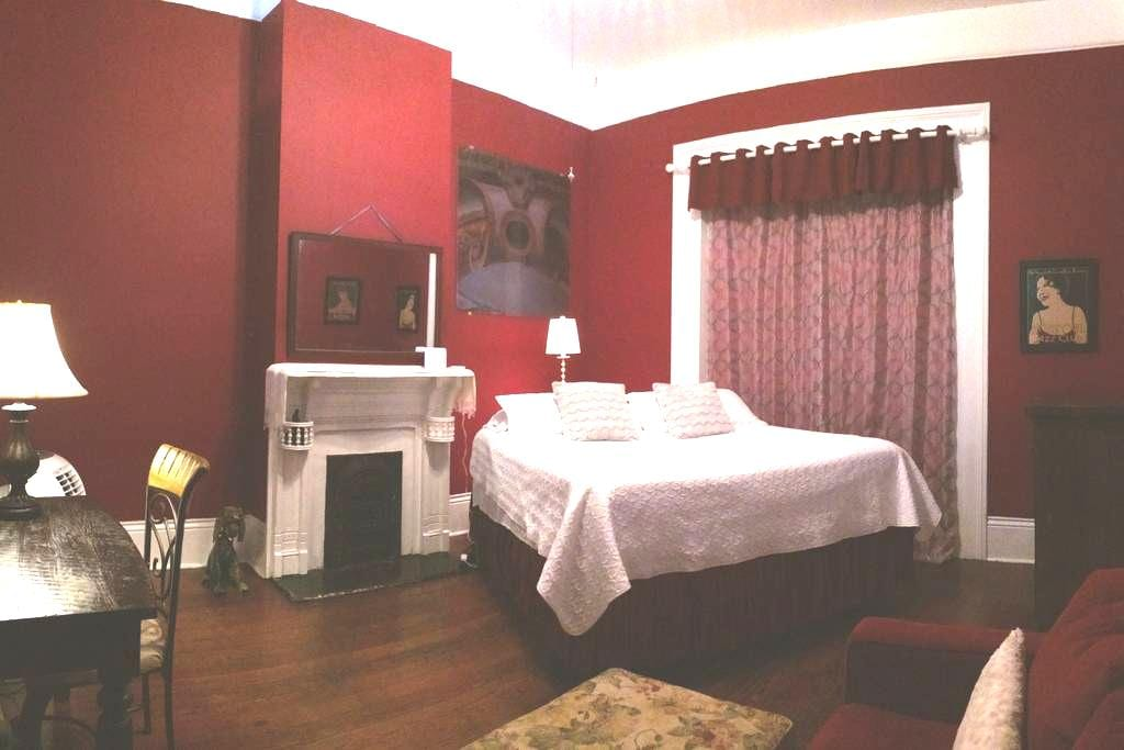 """Frenchmen House """"Red Room"""" - New Orleans - Hus"""