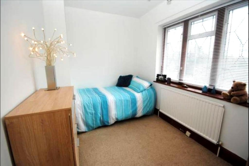 Double Room overlooking a Lake, Park & Gardens - Southend-on-Sea - House
