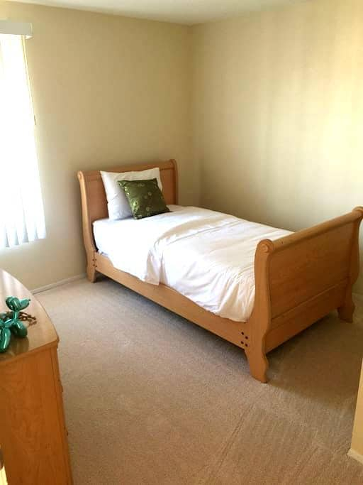Very clean room with twin bed! - Chula Vista - Casa
