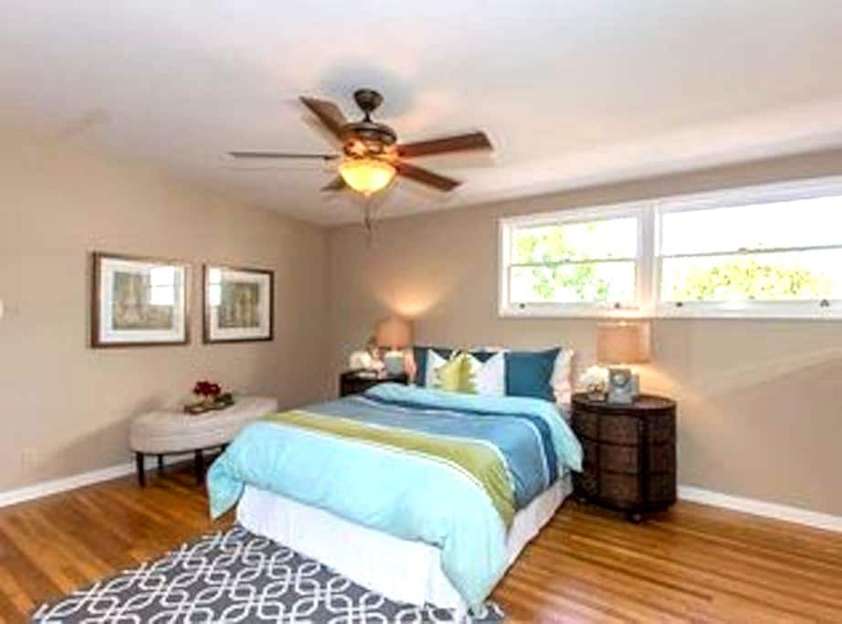 Big room with private bathroom and king sized bed. - Belmont - Annat