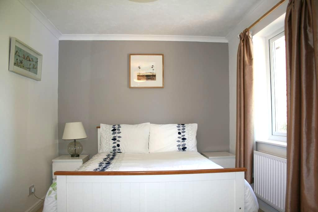 Double bedroom with own bathroom - Ash Vale - Dom