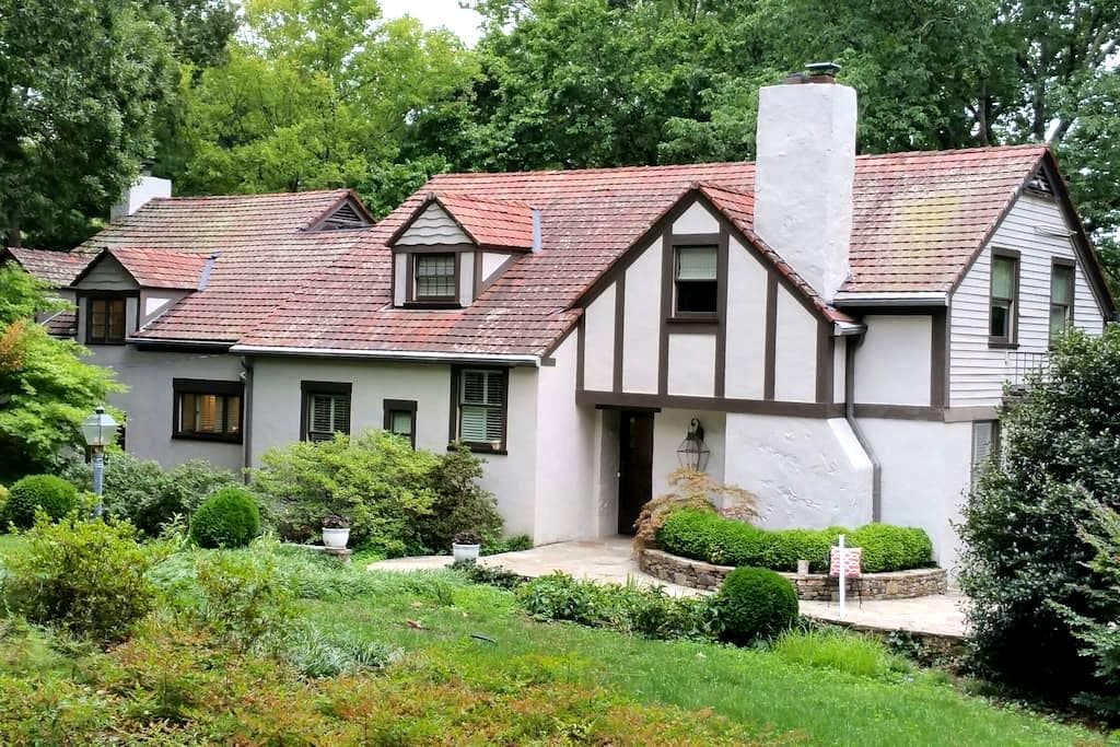 Mountain Tudor minutes from Downtown - Lookout Mountain