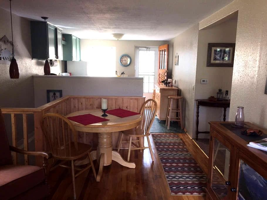 Cozy Mtn Cottage Close to Attractions - Green Mountain Falls