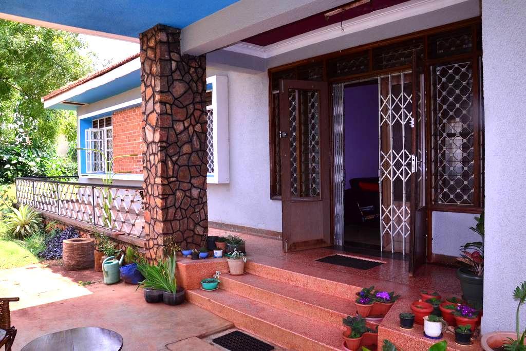 K&K Guest House - Jinja - Bed & Breakfast
