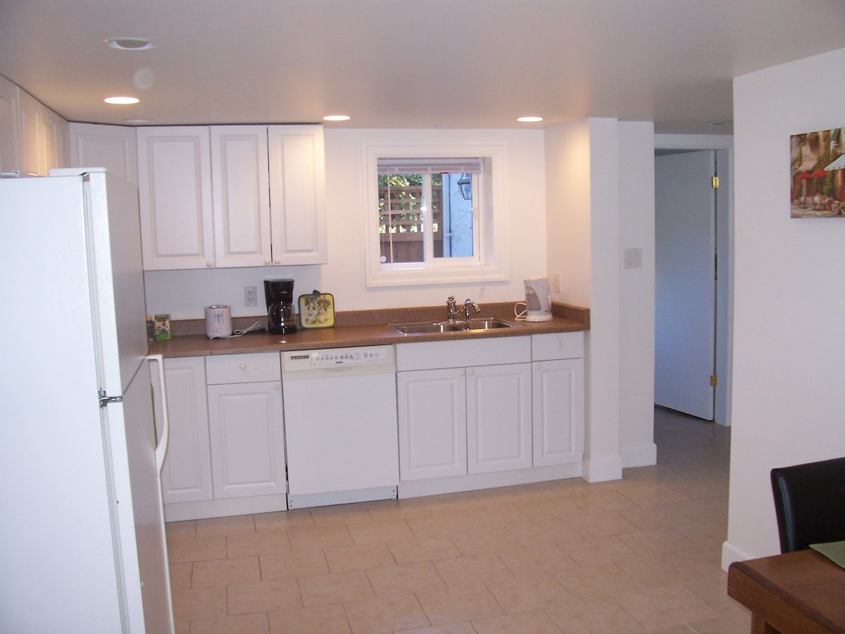 Full Kitchen with Dishwasher, Stove/oven, Coffee Maker, Kettle, Toaster, Dishes, Bake Ware