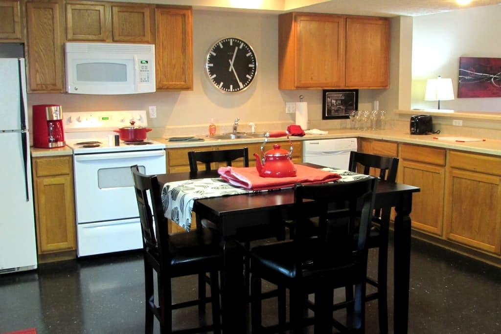 Fabulous three bedroom townhome - Bloomington - Apartament