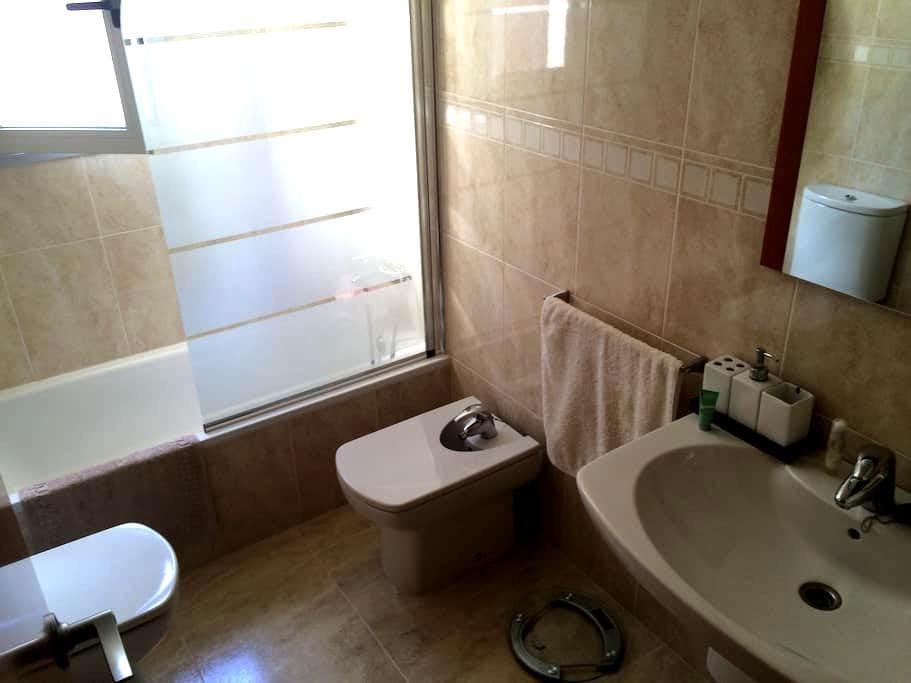 Habitación en Valls, baño uso propio y parking op. - Valls - Apartament