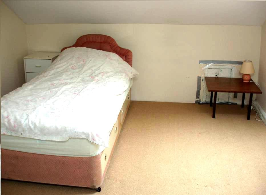Rooms in Shared House AVALIABLE - Huddersfield - Hus