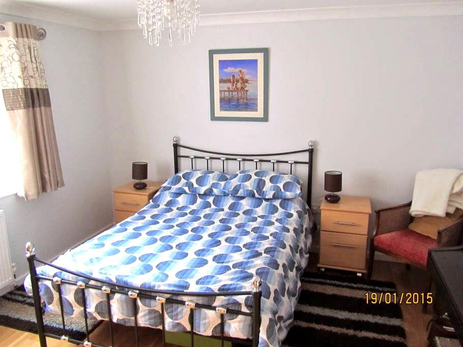 Comfortable modern room and b/room - Woolpit