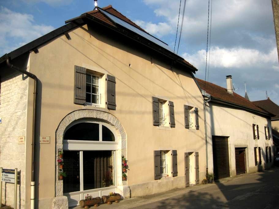 Begon : Logement spacieux (75 m²), bien ensoleillé - Aiglepierre - Apartament