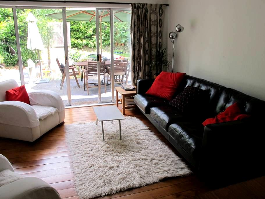 New Lynn, West Auckland. Private and urban. - Auckland - House